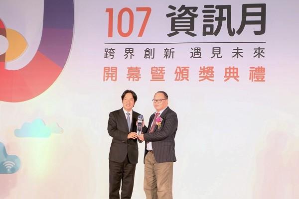 微程式技術長薛共和(圖右)獲傑出資訊人才獎