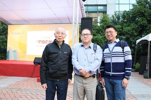微笑單車劉金標董事長(左)微程式技術長Luke(中)事業經理Sam(右)合影