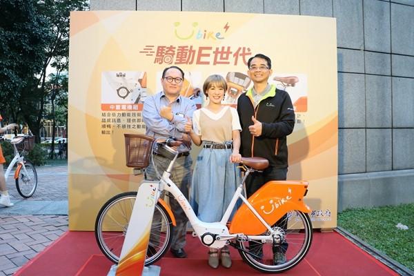 微程式技術長Luke(左)形象大使彥君(中)微笑單車何總(右)合影