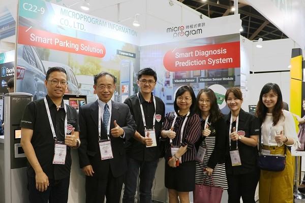 微程式資訊參加IoT Asia展覽,與駐新加坡台北代表處經濟組陳寬享組長(左二)合影