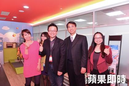 圖左二為微程式總經理吳騰彥 圖右二為逢甲大學校長李秉乾