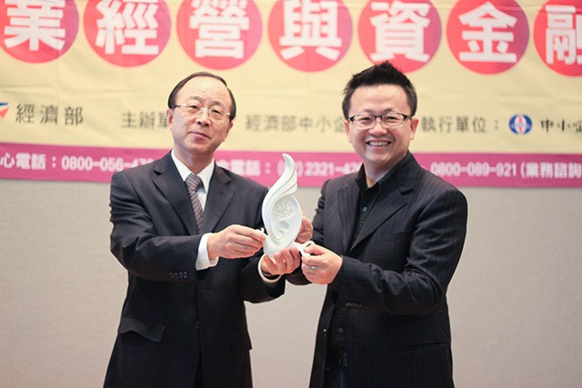 微程式總經理吳騰彥(左)