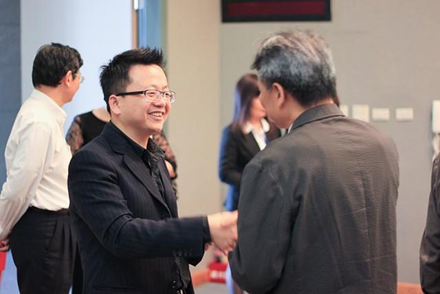 圖右為微程式總經理吳騰彥