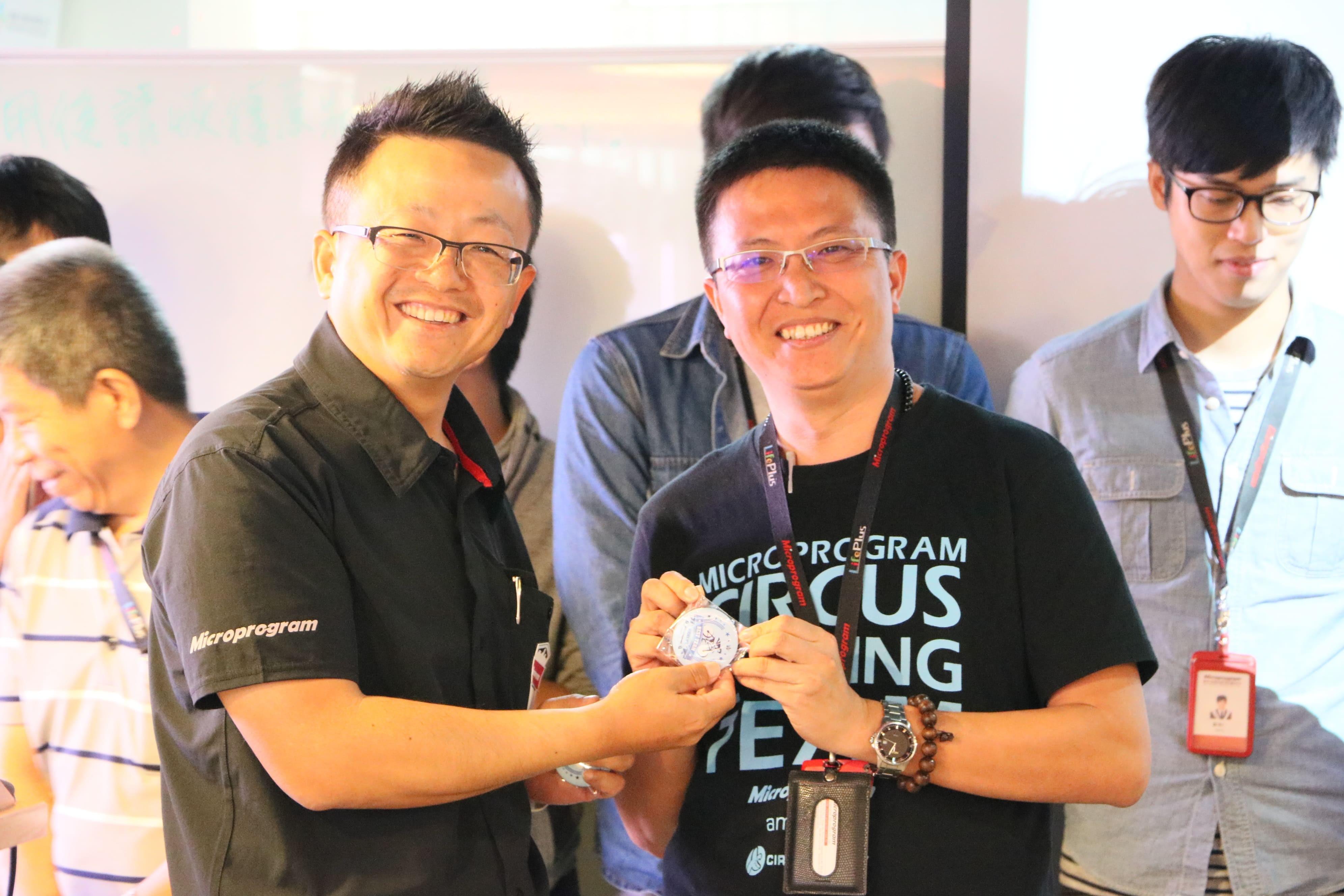 圖左為微程式總經理吳騰彥與團隊夥伴合照