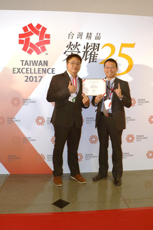 25屆台灣精品獎得獎 圖右為微程式經理梁家禎