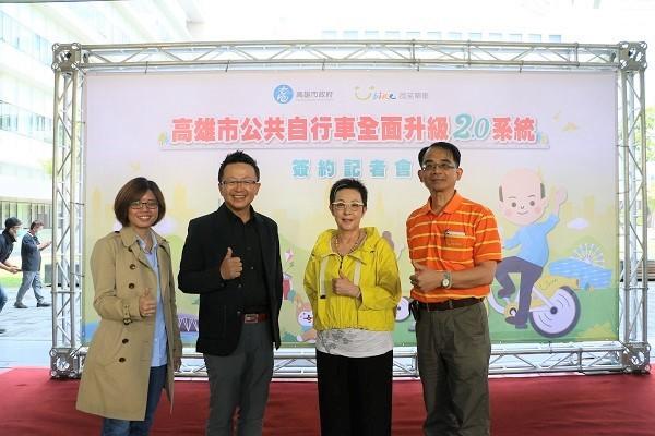 由右至左:微笑單車總經理何友仁、微笑單車執行董事兼發言人劉麗珠、微程式資訊總經理吳騰彥、微程式資訊經理張淑玲