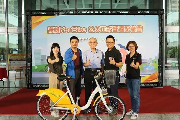 微程式團隊與劉董(中)合影,感謝所有夥伴的努力