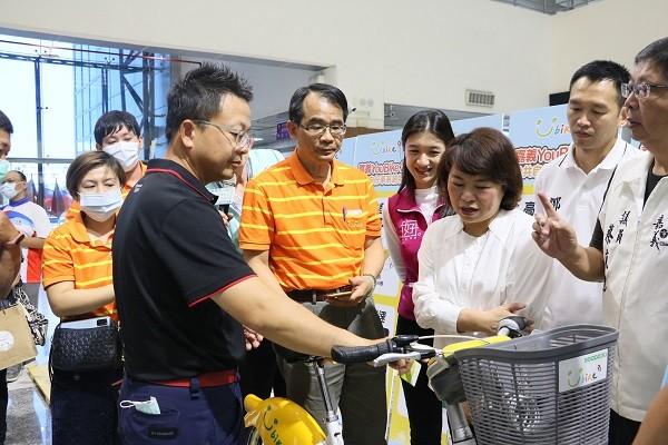 微程式吳總經理向黃市長介紹靠卡借車