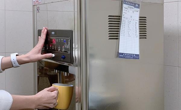 公共場所飲水機旁常貼有設備維護紀錄表