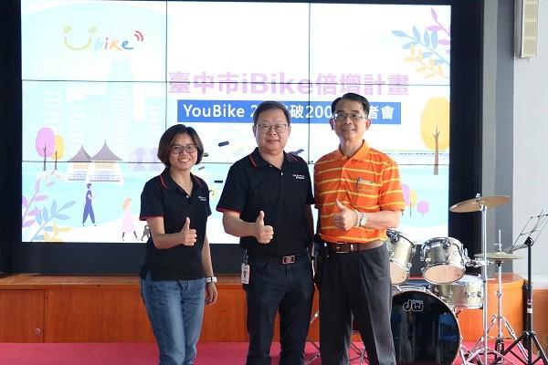 微程式營運長葉耀聲(中)、微程式經理張淑玲(左)與微笑單車總經理何友仁合影