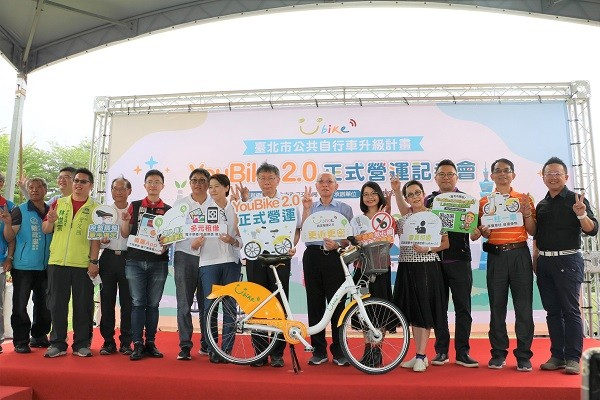 台北市長柯文哲與微笑單車貴賓、微程式總經理吳騰彥(右)一同宣布,台北市YouBike2.0正式營運!!