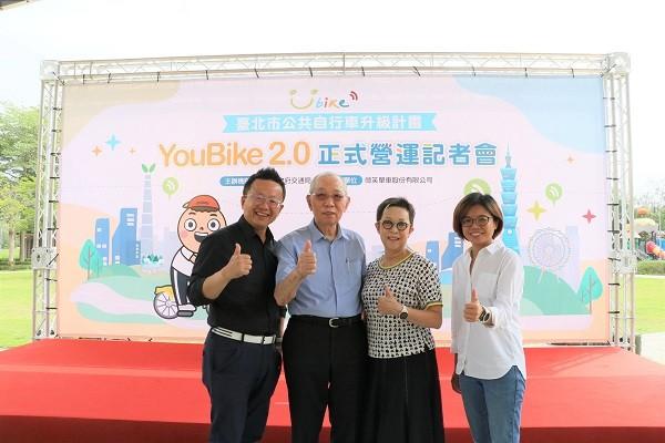 微程式總經理Tony、經理Sandy與微笑單車董事長劉金標、微笑單車發言人劉麗珠合影