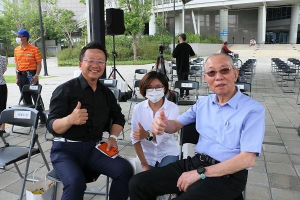 微笑單車董事長劉金標(右)與微程式總經理Tony(左)、微程式經理Sandy合影